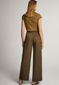 Massimo Dutti - MIT WEITEM BEIN UND RUNDEN TASCHEN - Trousers - green - 2