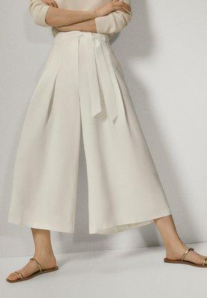 MIT SCHLEIFE - Trousers - white