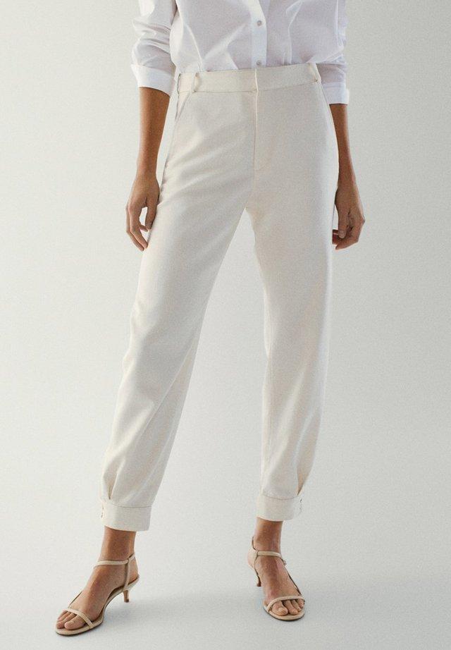 KNÖPFEN AM BEINENDE - Spodnie materiałowe - beige