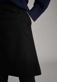 Massimo Dutti - SCHWARZER MINIROCK AUS BAUMWOLLE 05206906 - Spódnica trapezowa - black - 5