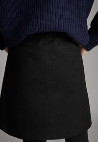 Massimo Dutti - SCHWARZER MINIROCK AUS BAUMWOLLE 05206906 - Spódnica trapezowa - black - 6