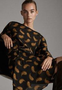 Massimo Dutti - MIT PAISLEYPRINT  - Robe d'été - black - 2