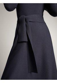 Massimo Dutti - KLEID MIT STEHKRAGEN UND GÜRTEL 06621835 - Day dress - dark grey - 6