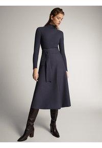 Massimo Dutti - KLEID MIT STEHKRAGEN UND GÜRTEL 06621835 - Day dress - dark grey - 1
