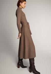 Massimo Dutti - KLEID MIT STEHKRAGEN UND GÜRTEL 06621835 - Day dress - ochre - 3