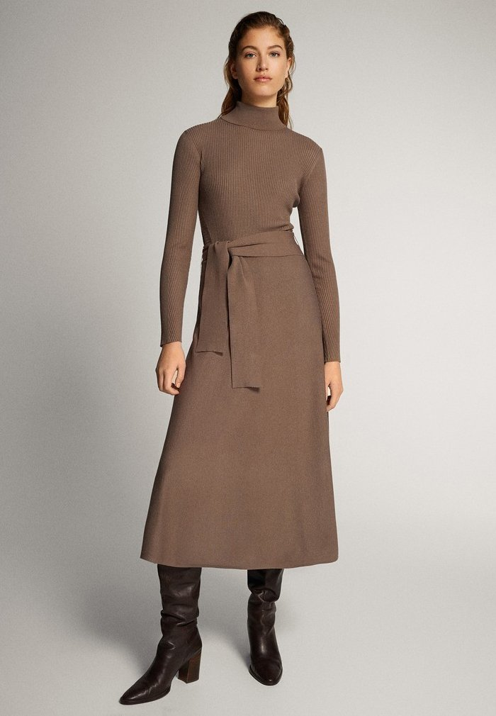 Massimo Dutti - KLEID MIT STEHKRAGEN UND GÜRTEL 06621835 - Day dress - ochre