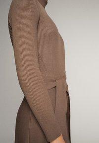 Massimo Dutti - KLEID MIT STEHKRAGEN UND GÜRTEL 06621835 - Day dress - ochre - 4