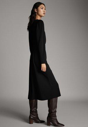 SCHWARZES KLEID MIT PUFFÄRMELN 06638891 - Sukienka letnia - black