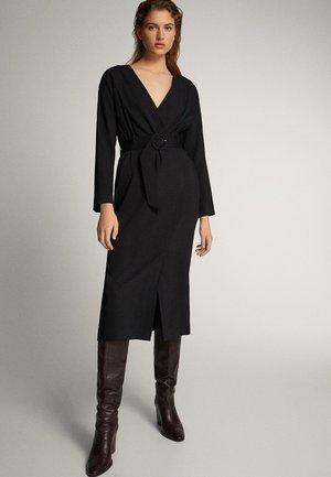 SCHWARZES KIMONO-KLEID MIT GÜRTEL 06605535 - Day dress - black