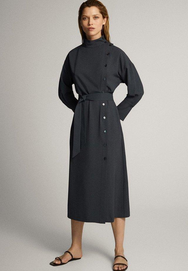 KLEID MIT STEHKRAGEN, KNÖPFEN UND GÜRTEL 06610526 - Korte jurk - blue-black denim