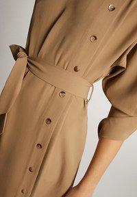 Massimo Dutti - KLEID MIT STEHKRAGEN, KNÖPFEN UND GÜRTEL 06610526 - Day dress - brown - 4