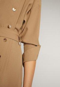 Massimo Dutti - KLEID MIT STEHKRAGEN, KNÖPFEN UND GÜRTEL 06610526 - Day dress - brown - 6