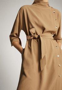 Massimo Dutti - KLEID MIT STEHKRAGEN, KNÖPFEN UND GÜRTEL 06610526 - Day dress - brown - 5