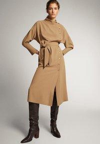 Massimo Dutti - KLEID MIT STEHKRAGEN, KNÖPFEN UND GÜRTEL 06610526 - Day dress - brown - 1
