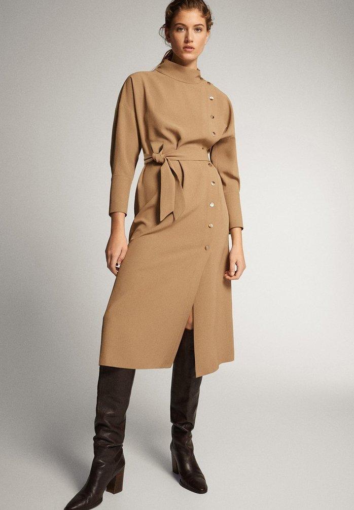 Massimo Dutti KLEID MIT STEHKRAGEN, KNÖPFEN UND GÜRTEL 06610526 - Sukienka letnia - brown