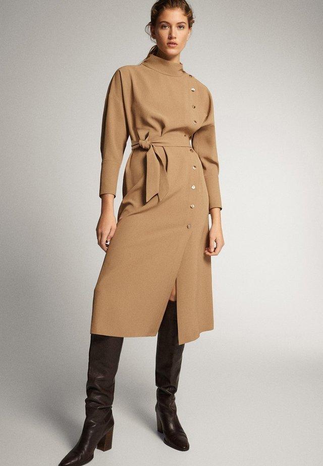 KLEID MIT STEHKRAGEN, KNÖPFEN UND GÜRTEL 06610526 - Korte jurk - brown