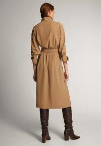 Massimo Dutti - KLEID MIT STEHKRAGEN, KNÖPFEN UND GÜRTEL 06610526 - Day dress - brown - 2