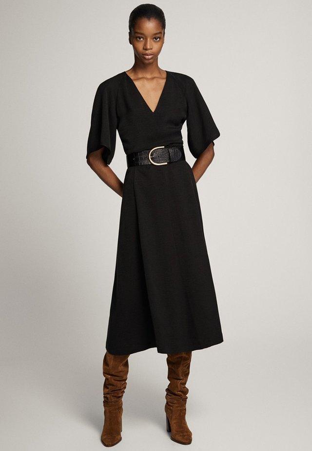 MIT SCHLEIFE AUS CUPRO - Korte jurk - black
