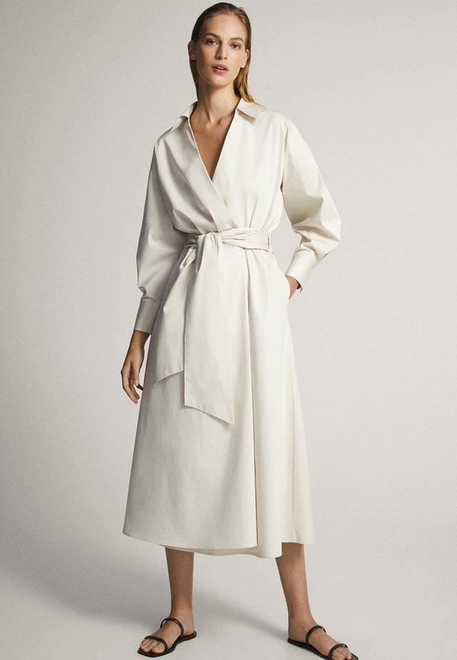 MIT GÜRTEL  - Korte jurk - white