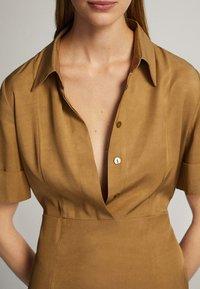 Massimo Dutti - MIT POLO-KRAGEN  - Skjortklänning - mustard yellow - 3