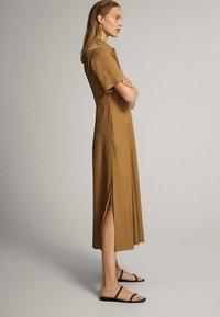 Massimo Dutti - MIT POLO-KRAGEN  - Skjortklänning - mustard yellow - 1