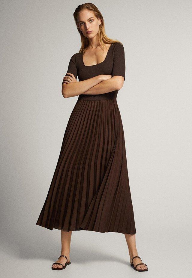 MIT 3/4-ÄRMELN - Korte jurk - brown