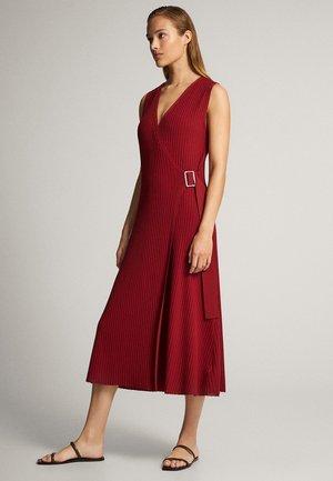 MIT SCHNALLE - Stickad klänning - bordeaux