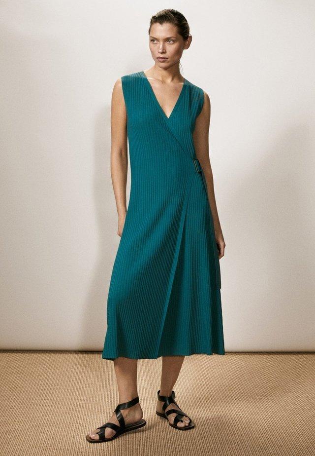 MIT SCHNALLE - Gebreide jurk - blue