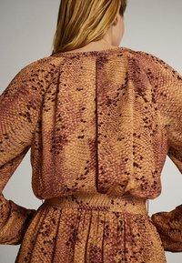 Massimo Dutti - MIT SCHLANGENHAUTPRINT - Sukienka letnia - light pink - 6