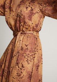 Massimo Dutti - MIT SCHLANGENHAUTPRINT - Sukienka letnia - light pink - 4