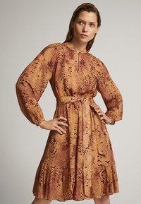 Massimo Dutti - MIT SCHLANGENHAUTPRINT - Sukienka letnia - light pink - 3