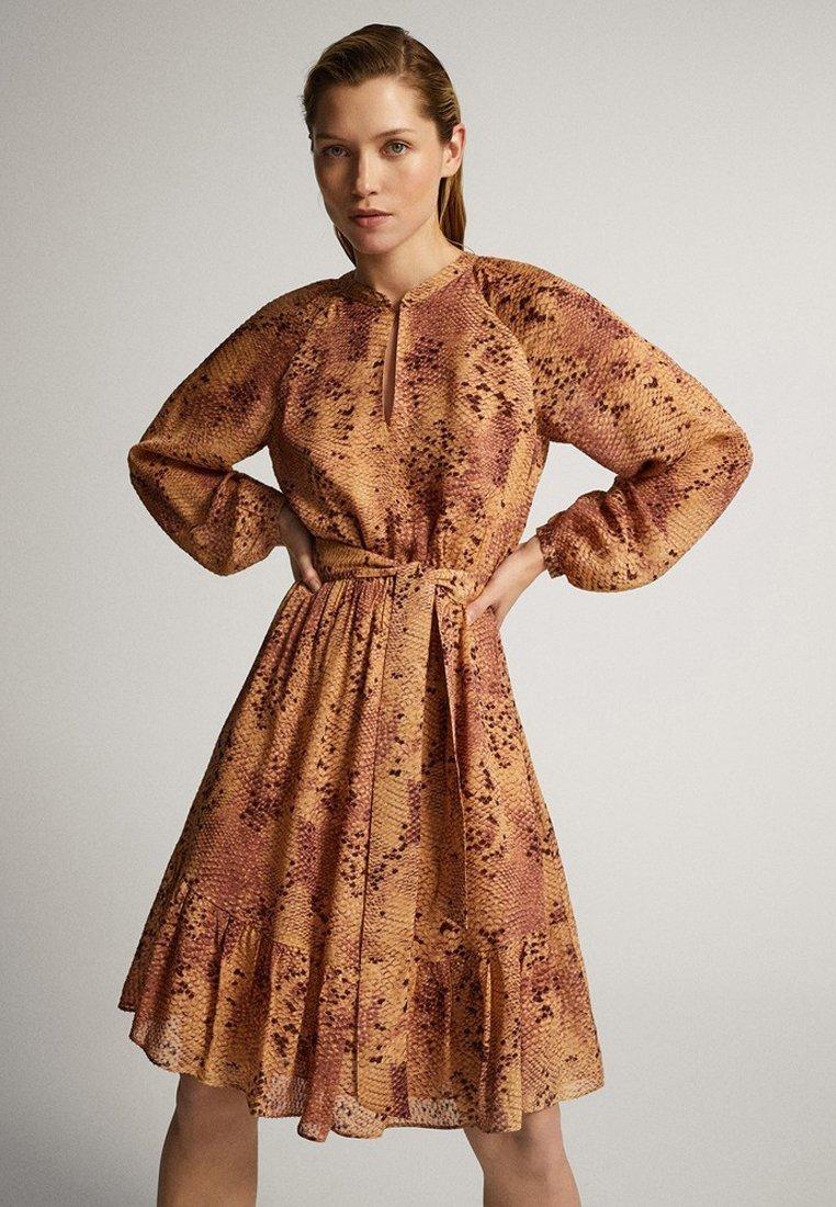 Massimo Dutti - MIT SCHLANGENHAUTPRINT - Sukienka letnia - light pink
