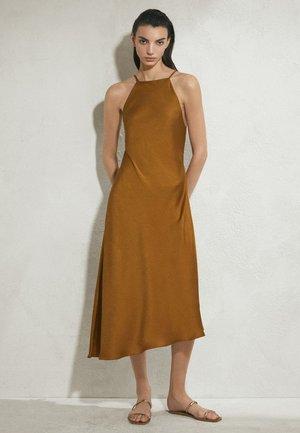 MIT AUSGEFRANSTEM SAUM - Sukienka letnia - brown