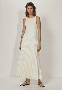 Massimo Dutti - PLISSIERTES NECKHOLDER - Długa sukienka - white - 0