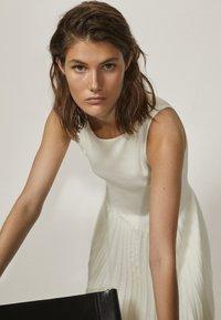 Massimo Dutti - PLISSIERTES NECKHOLDER - Długa sukienka - white - 1