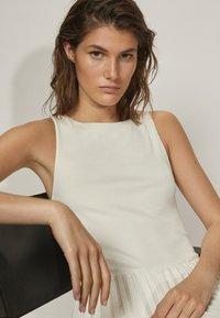 Massimo Dutti - PLISSIERTES NECKHOLDER - Długa sukienka - white - 2
