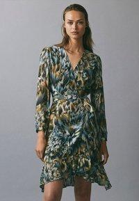 Massimo Dutti - BEDRUCKTES KLEID MIT VOLANTS 06620858 - Day dress - green - 0