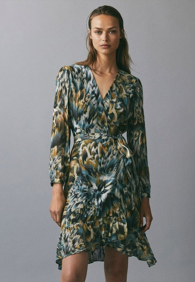 BEDRUCKTES KLEID MIT VOLANTS 06620858 - Korte jurk - green