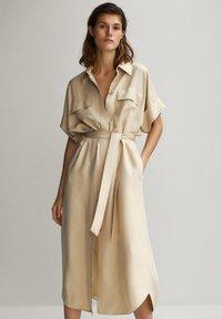Massimo Dutti - HEMDKLEID MIT TASCHEN UND GÜRTEL 06626546 - Shirt dress - beige - 0
