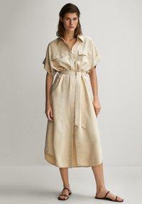 Massimo Dutti - HEMDKLEID MIT TASCHEN UND GÜRTEL 06626546 - Shirt dress - beige - 1