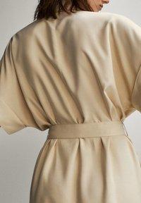 Massimo Dutti - HEMDKLEID MIT TASCHEN UND GÜRTEL 06626546 - Shirt dress - beige - 6