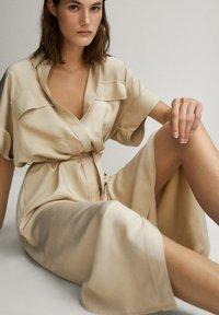 Massimo Dutti - HEMDKLEID MIT TASCHEN UND GÜRTEL 06626546 - Shirt dress - beige - 5
