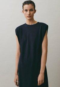 Massimo Dutti - MIT SCHULTERPOLSTERN - Maxi-jurk - blue-black denim - 6