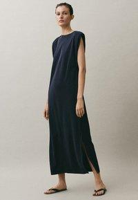 Massimo Dutti - MIT SCHULTERPOLSTERN - Maxi-jurk - blue-black denim - 1