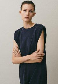 Massimo Dutti - MIT SCHULTERPOLSTERN - Maxi-jurk - blue-black denim - 4