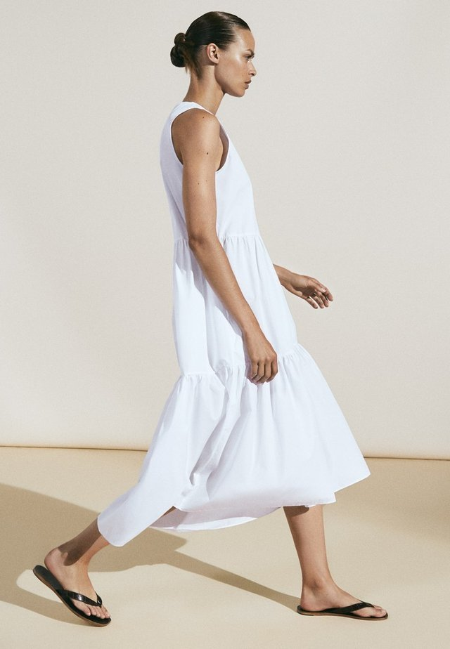 MIT RAFFUNG - Korte jurk - white