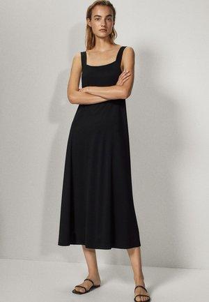 MIT KASTENAUSSCHNITT - Sukienka z dżerseju - black