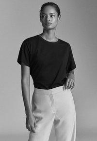 Massimo Dutti - UNIFARBENES BAUMWOLLSHIRT 06812902 - T-shirt basic - black - 4