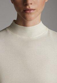 Massimo Dutti - STRAIGHT FIT - Basic T-shirt - white - 6