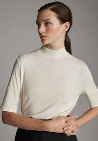 Massimo Dutti - STRAIGHT FIT - Basic T-shirt - white - 2
